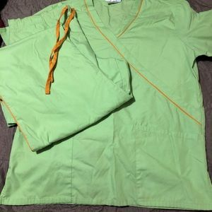Women scrubs size small with pockets and pants